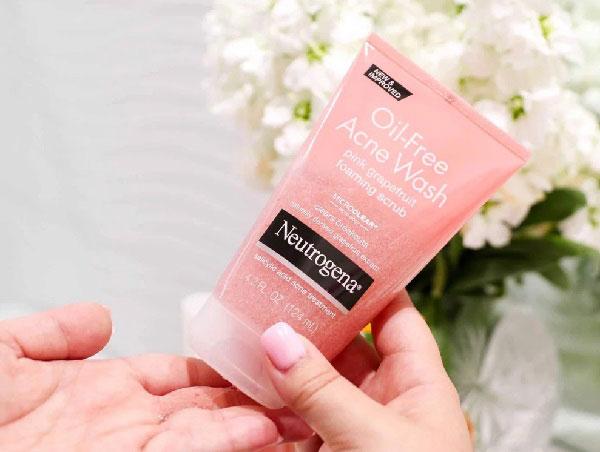 Cách sử dụng sữa rửa mặt Neutrogena màu hồng